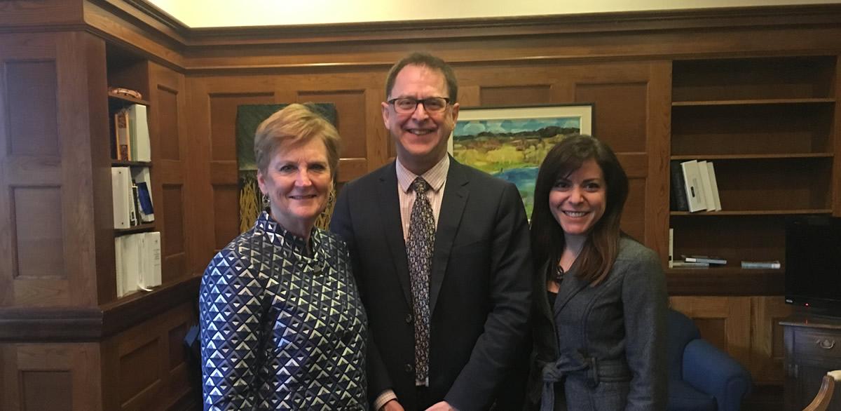 Chris Power, Institut canadien pour la sécurité des patients; Adrian Dix, ministre de la Santé de la C.-B.; et Sandi Kossey, Institut canadien pour la sécurité des patients